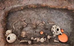 Bí ẩn về ngôi mộ cổ có hài cốt của trẻ em và chú chó