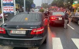 """Tạm giữ hai ô tô Mercedes """"giống nhau như hai giọt nước"""" trên phố Hà Nội"""