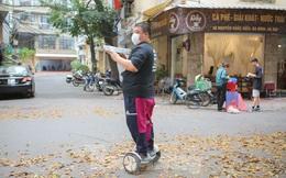 Quán phở Hà Nội giao hàng bằng xe điện cân bằng