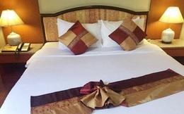 Sự thật bất ngờ về 4 chiếc gối trên giường đôi trong phòng khách sạn