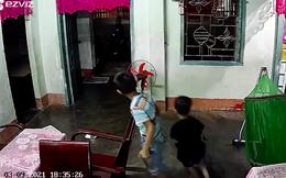 """Xem camera an ninh, ông bố """"cười chảy nước mắt"""" vì phản ứng của 2 cậu con trai khi thấy mình về"""