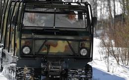 24h qua ảnh: Tổng thống Nga Putin lái xe địa hình trong rừng tuyết
