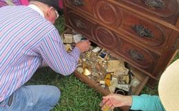 Cụ ông mua tủ 300 năm sốc nặng khi nhìn vào ngăn kéo chật kín vàng