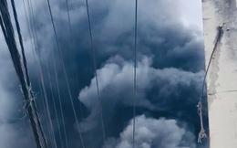 CLIP: Cháy dữ dội ở TP HCM, khói cuồn cuộn bốc cao cả trăm mét