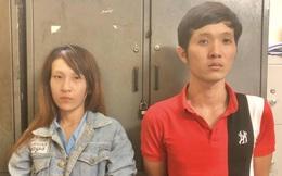 """Công an ập vào khách sạn ở Sài Gòn, bắt đôi nam nữ """"phê"""" ma túy, tàng trữ dao, roi điện, còng số 8"""