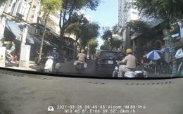 """CSGT """"dẫn đường"""" ô tô chở người phụ nữ đi đẻ tới bệnh viện ở Sài Gòn"""