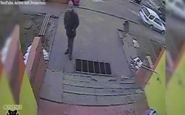 """Video: Phát hiện kẻ lạ bám theo, bé gái Nga xử trí thông minh để """"cắt đuôi"""""""