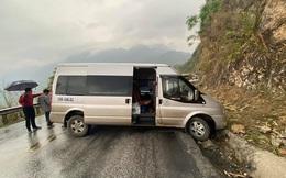 Hàng chục người hò nhau giải cứu ô tô mắc kẹt bên vách núi