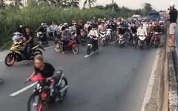 """[Clip] Hàng trăm """"quái xế"""" chặn Quốc lộ 1 đua xe trái phép, gây náo loạn"""