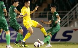 Bi hài chuyện cầu thủ Sài Gòn FC bị đạp vào chân rồi…ăn thẻ