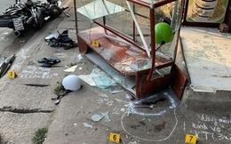 Xe ba gác tông 2 người văng vào tủ kính bên đường