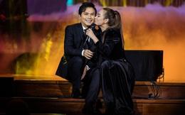 Phi Nhung, Mạnh Quỳnh thoải mái ôm hôn trên sân khấu