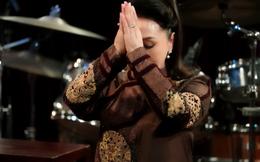 NSND Bạch Tuyết bật khóc trên sân khấu: Cho phép tôi xin được quỳ lạy một lạy