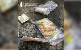 Nhân viên đoàn ngoại giao Ukraine buôn lậu vàng, 8.000 bao thuốc lá vào Ba Lan