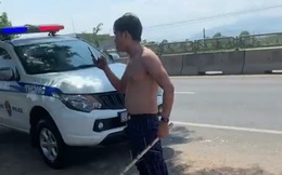Nam thanh niên lột áo, chửi bới CSGT khi bị chặn xe
