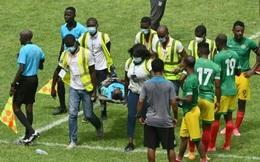 Hi hữu: Trọng tài rời sân trên cáng khiến trận đấu kết thúc sớm