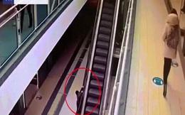 Video: Bám vào tay vịn thang cuốn, bé trai bị đưa lên cao 6m rồi rơi xuống