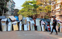 Cảnh sát Myanmar nổ súng, đột kích bắt người trong đêm