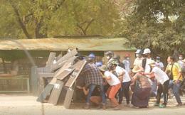 """Lực lượng an ninh Myanmar bố ráp suốt đêm, người biểu tình hét lớn: """"Hãy bắt cả tôi đi"""""""