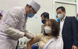 Đang tiêm vắc xin ngừa COVID-19 ở TP.HCM, Hà Nội, Hải Dương; Thứ trưởng Y tế Đỗ Xuân Tuyên trực tiếp tiêm vắc xin COVID-19 cho cán bộ y tế của Hải Dương