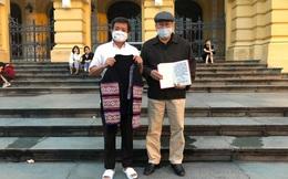 Người đàn ông ở Hà Nội bỏ 120 triệu đồng để nhận chiếc áo H'Mông của ông Đoàn Ngọc Hải