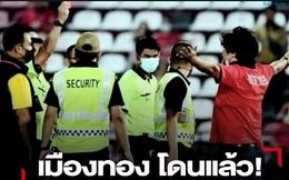 """""""Sếp cũ"""" từng công kích, thông báo kiện Văn Lâm lên FIFA bất ngờ dính thẻ đỏ vì mắng trọng tài"""