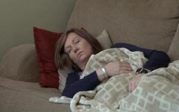 """Bị bệnh lạ đi lại khó khăn suốt 10 năm, người phụ nữ ngỡ ngàng khi """"hung thần"""" ở ngay trong nhà"""