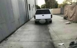Đến kiểm tra chiếc xe đỗ ngang ngược, người đàn ông hốt hoảng báo cảnh sát vì cảnh tượng kinh hãi bên trong