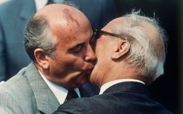 """Bức ảnh """"biết nói"""" về ông Gorbachev: Từ con trai nhà thuần nông đến Tổng thống Liên Xô"""