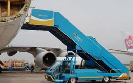 Xe thang máy bay đâm móp đầu ô tô 16 chỗ trong sân bay Tân Sơn Nhất