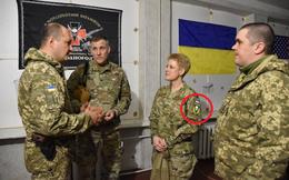 """Tùy viên Mỹ đến Donbass, đeo phù hiệu """"Ukraine hay là chết""""; cựu sĩ quan Mỹ: Hoàn toàn không phù hợp!"""