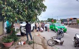 Xe sang Lexus đâm văng 2 xe máy, người dân tức tốc đưa 2 người đi cấp cứu