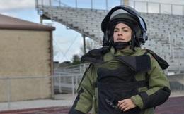 Nữ quân nhân Mỹ mặc bộ đồ chống bom 45kg chạy lập kỷ lục thế giới