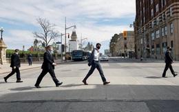 24h qua ảnh: Thủ tướng Canada đi bộ như dân thường trên đường phố