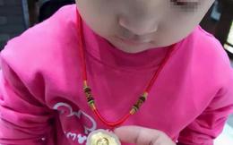 Dây chuyền vàng của con gái biến mất, người mẹ đòi lục cặp sách cả lớp nhưng phản ứng của cô giáo khiến bà câm nín