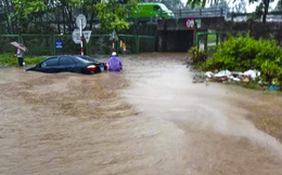 [Ảnh] Đường gom Đại lộ Thăng Long ở Hà Nội chìm trong biển nước sau trận mưa lớn đầu mùa