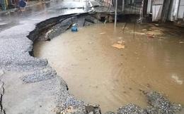 """""""Hố tử thần"""" ở Hà Nội tiếp tục sụt mở rộng sau trận mưa lớn kéo dài"""