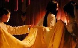 Kỳ bí nha đầu mặc đồ ngủ đứng cạnh đầu giường trong đêm tân hôn của tiểu thư nhà mình