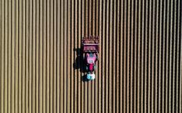 24h qua ảnh: Nông dân cày đất trên cánh đồng khoai tây ở Pháp