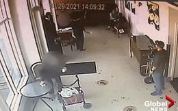 Bị nhắc nhở tuân thủ giãn cách, người phụ nữ hất thẳng ly cafe nóng vào mặt phục vụ gốc Á kèm lời lẽ gây phẫn nộ