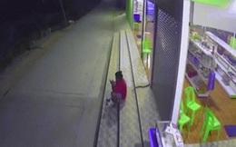 Video: Đang ngồi, cô gái hoảng hồn vì rắn bò tới giữa 2 chân