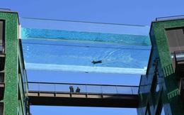 24h qua ảnh: Bể bơi trong suốt ở lưng chừng trời