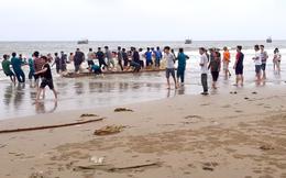Hàng trăm người dùng lưới lớn tìm 3 học sinh đuối nước đang mất tích trên biển