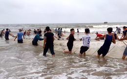 Hàng trăm người tiếp tục kéo lưới rùng cỡ lớn tìm bằng được 3 nam sinh mất tích trên biển