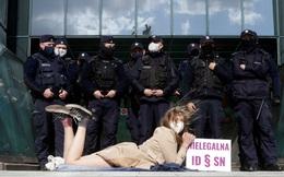 7 ngày qua ảnh: Cô gái biểu tình nằm trước hàng rào cảnh sát