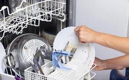 Bột rửa còn nguyên, bát đũa nhờn bẩn khi dùng máy rửa bát và nguyên nhân khiến 'khổ chủ' cũng bất ngờ
