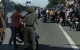 Đuổi theo xe khách vi phạm, trung uý CSGT bị tài xế tông vào người, cầm gậy bóng chày đánh thẳng mặt