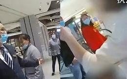 Cho con tiểu tiện vào thùng rác ở trung tâm thương mại bị ngăn cản, người phụ nữ giáng nguyên cú tát vào mặt nhân viên vệ sinh