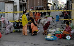 """Campuchia """"đóng băng"""": Dân lao động ăn cơm chan nước tương; cảnh sát cầm dùi cui tuần tra liên tục"""