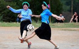 24h qua ảnh: Các cô gái dân tộc mặc váy đá bóng ở Quảng Ninh